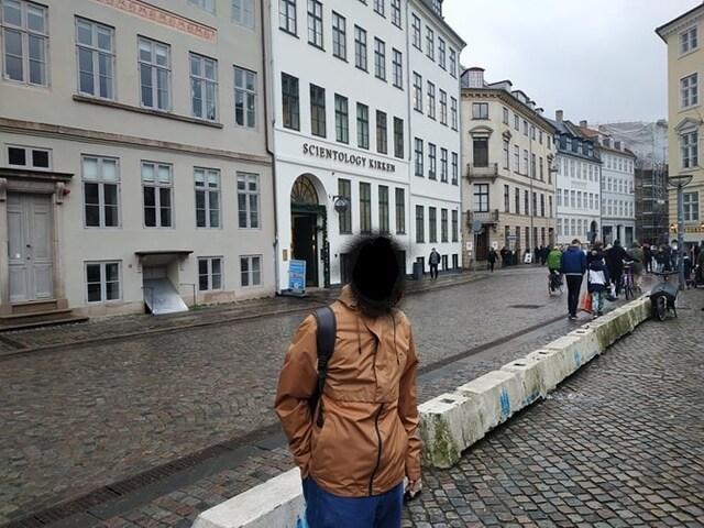 Ο Πέτρος έξω από τα γραφεία της Σαηεντολογίας στην Κοπεγχάγη